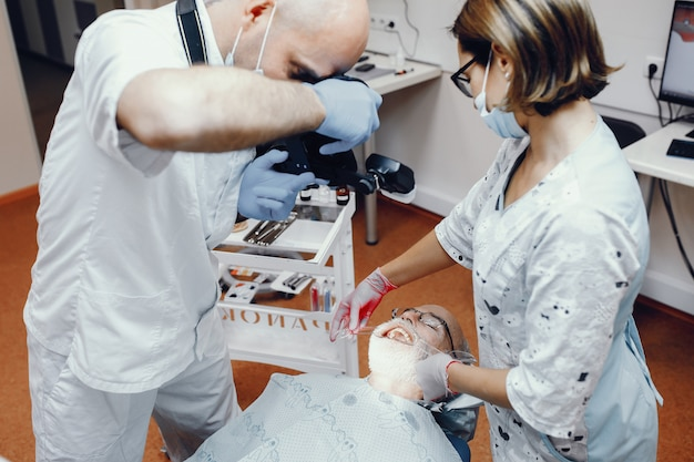 Starego człowieka obsiadanie w dentystyka pokoju