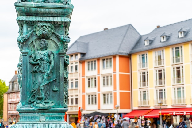 Starego miasta romerberg z posągiem justitii we frankfurcie w niemczech