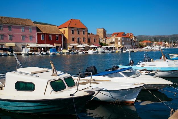 Stari grad na wyspie hvar w chorwacji, europa.
