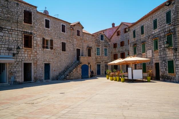 Stari grad na wyspie hvar w chorwacji w europie