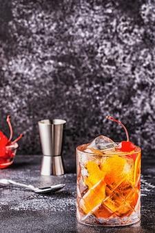 Staromodny koktajl z wiśniami i pomarańczą, selektywne focus.