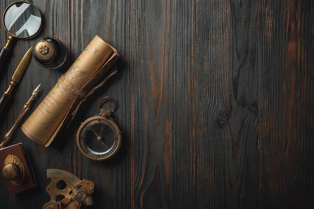 Staromodny mieszkanie leżało z literami piszącymi akcesoria na ciemnym drewnianym stole