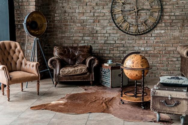Staromodny wnętrze pokoju z antykami i dekoracjami