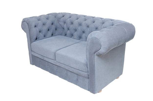 Staroświecka sofa z tkaniny w kolorze szarym lub niebieskim na białym tle, widok z boku. nowoczesna kanapa, meble w stylu retro, wystrój wnętrz, wystrój domu