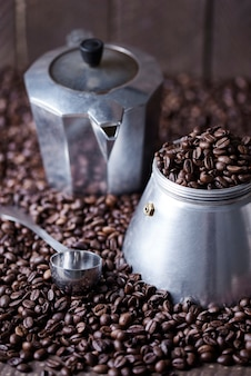 Staroświecki młynek do kawy i łyżka wśród ziaren kawy
