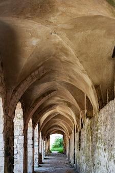 Starożytna aleja z ceglanymi łukami na starym mieście wyspy san nicola, wyspy tremiti, włochy
