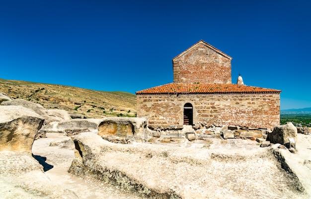 Starożytna bazylika w wykutym w skale mieście uplistsikhe. światowe dziedzictwo unesco w gruzji