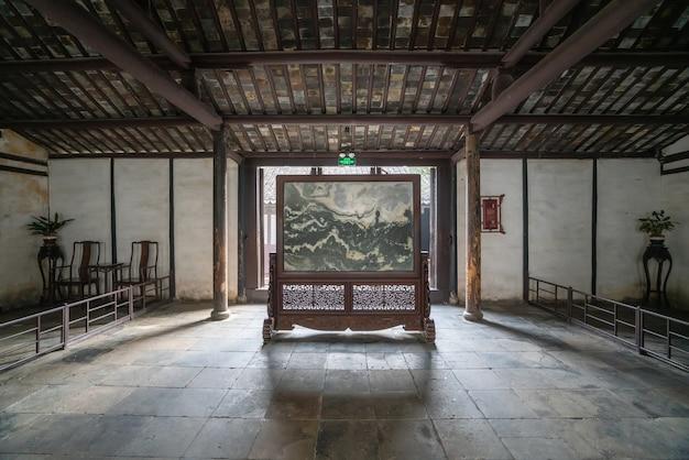Starożytna chińska sala halowa shen hall znajduje się przy ulicy nanshi, na wschód od mostu fuan w zhouzhuang w suzhou.