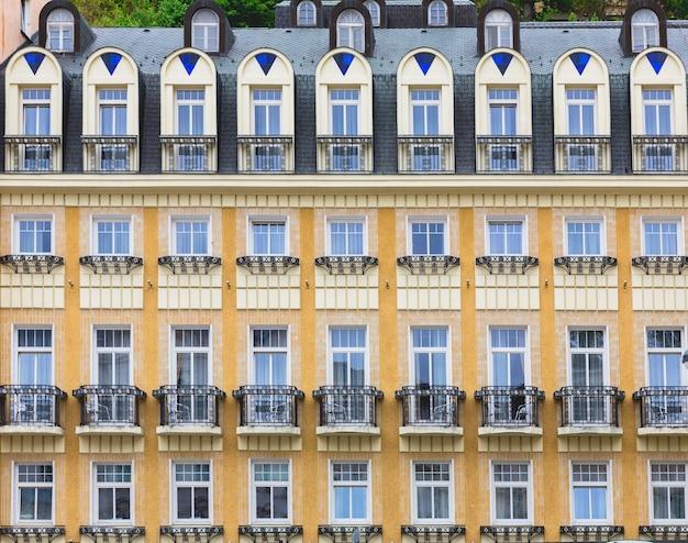 Starożytna fasada budynku z balkonami z kutego żelaza, stare miasto europejskie.