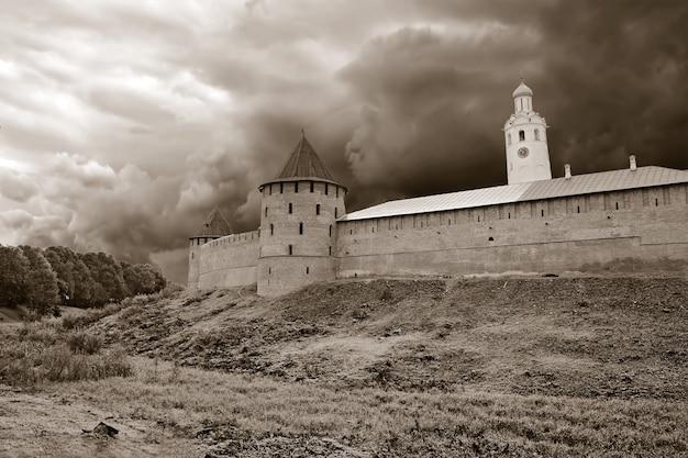 Starożytna forteca na małym wzgórzu