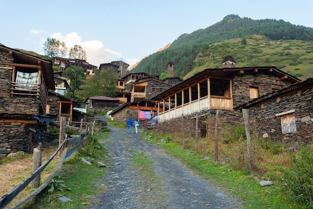 Starożytna gruzińska wioska - dartlo, tuszetia, region kachetia. kamienne domy i wieże w stylu narodowym