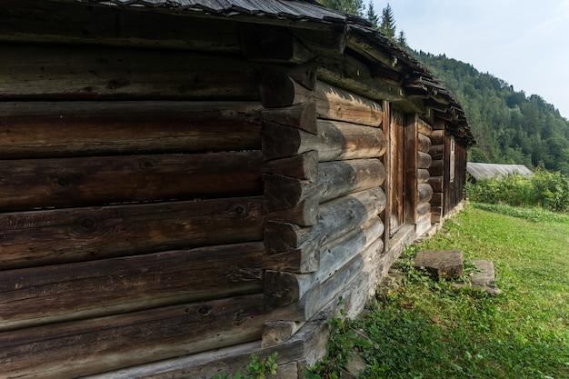 Starożytna huculska zagroda grażda. obejmuje pomieszczenia mieszkalne, budynki gospodarcze i ogrodzony dziedziniec.
