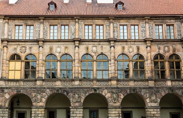 Starożytna kamienna fasada zamku, europa