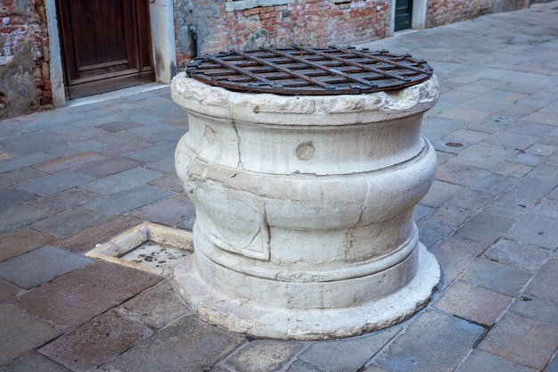 Starożytna kamienna studnia do wody deszczowej w kwadracie
