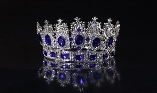Starożytna korona królewska na białym tle