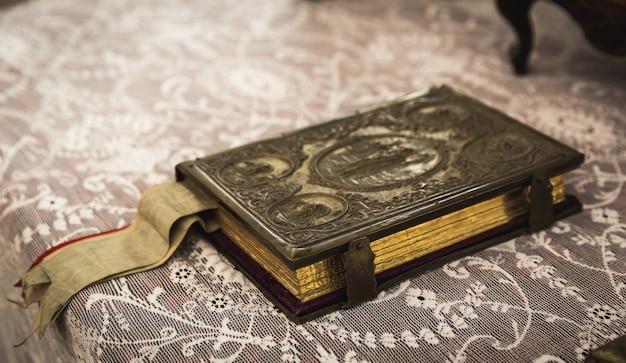 Starożytna książka z metalowym zapięciem w muzeum