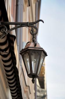 Starożytna lampa uliczna wisząca na ścianie