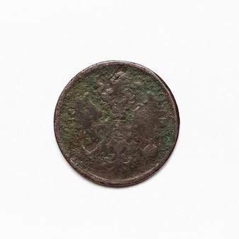 Starożytna moneta imperium rosyjskiego 1865. makro na białym tle na białej powierzchni.