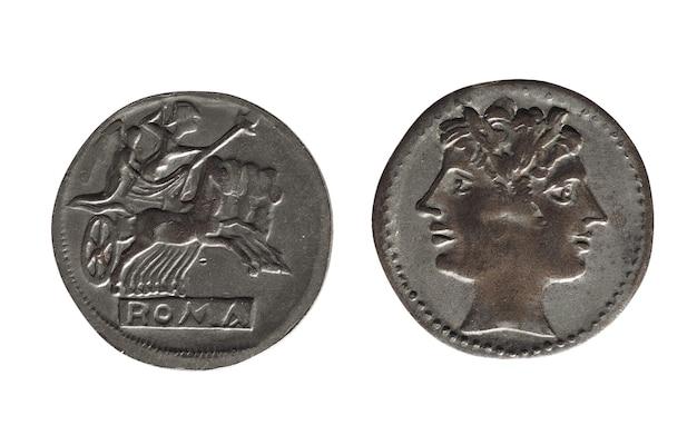 Starożytna moneta rzymska na białym tle nad białym