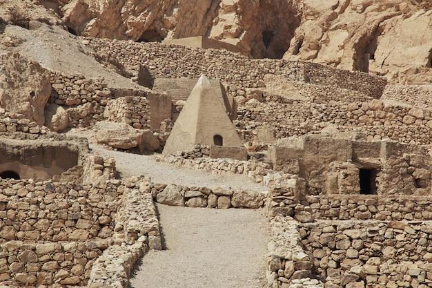 Starożytna nekropolia dolina rzemieślników w luksorze, egipt