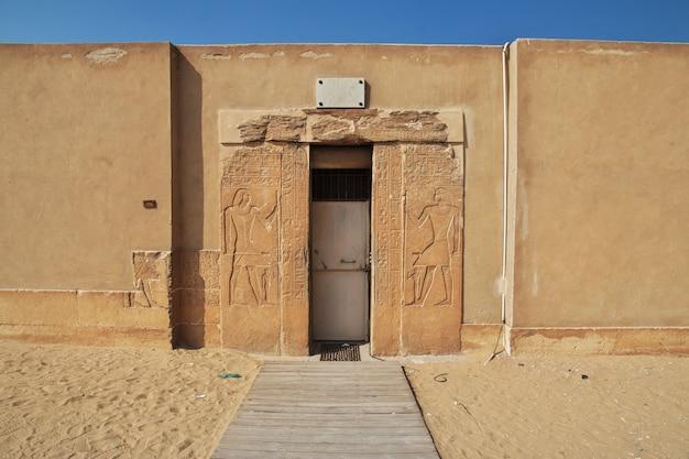 Starożytna nekropolia w sakkara na pustyni w egipcie