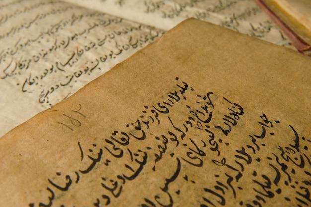 Starożytna otwarta księga w języku arabskim. stare rękopisy i teksty arabskie