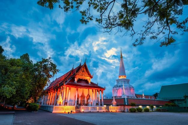 Starożytna pagoda w świątyni wat mahathat o zachodzie słońca w nakhon si thammarat, tajlandia