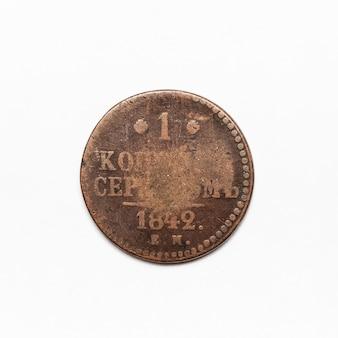 Starożytna rosyjska moneta z 1842 roku. samodzielnie na białej powierzchni.