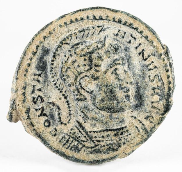 Starożytna rzymska miedziana moneta cesarza konstantyna i na białym tle