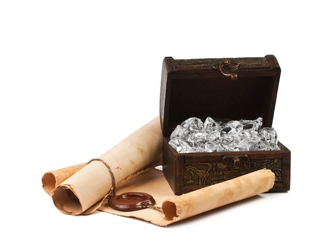 Starożytna skrzynia z papierem