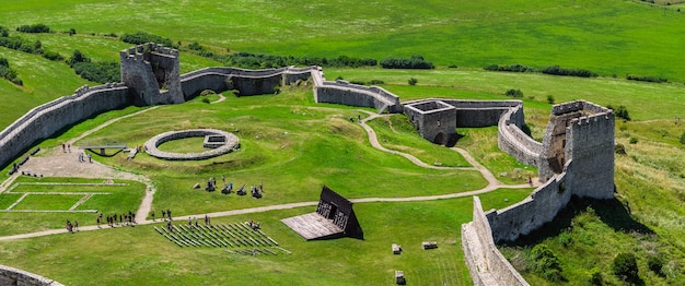 Starożytna średniowieczna twierdza z murami i wieżami, spissky hrad, słowacja