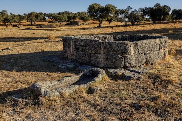 Starożytna studnia w dehesa de la luz, estremadura, hiszpania