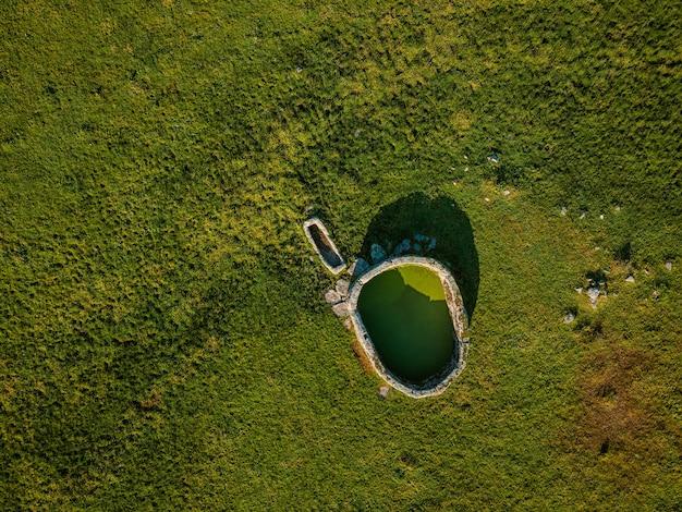 Starożytna studnia w dehesa de la luz extremadura, hiszpania