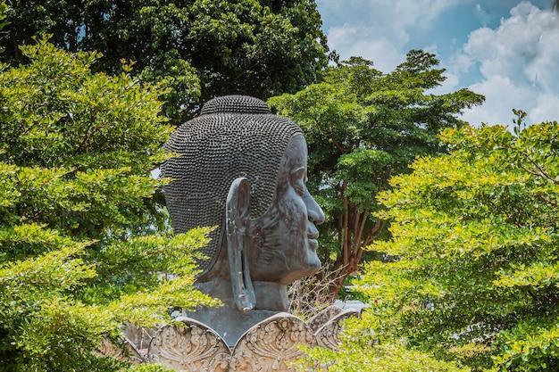 Starożytna świątynia buddyjska posąg buddy. posąg głowy buddy wśród lasu w wat thammikarat ayutthaya tajlandia