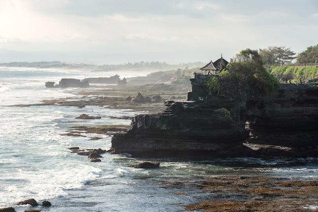 Starożytna świątynia pura batu bolong na skalistej górze na wybrzeżu. bali, indonezja