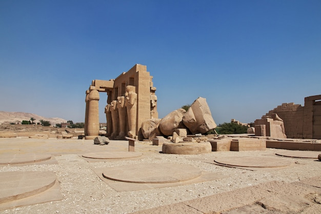 Starożytna świątynia ramesseum w luksorze
