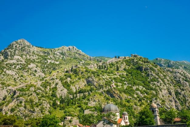 Starożytna twierdza boko-kotor znajduje się na zboczu góry.