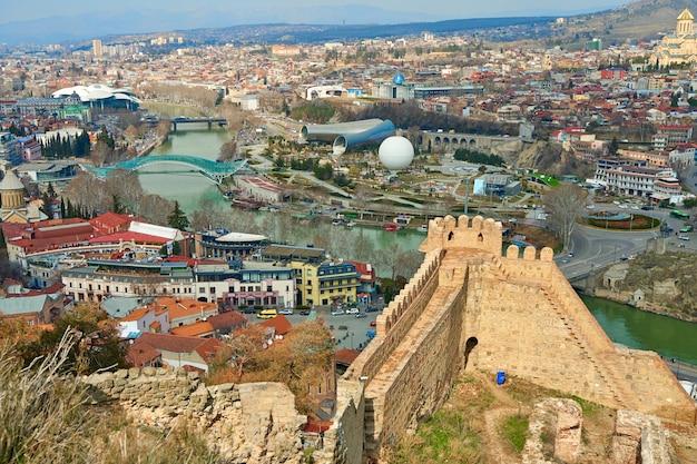 Starożytna twierdza narikala na starym mieście tbilisi.