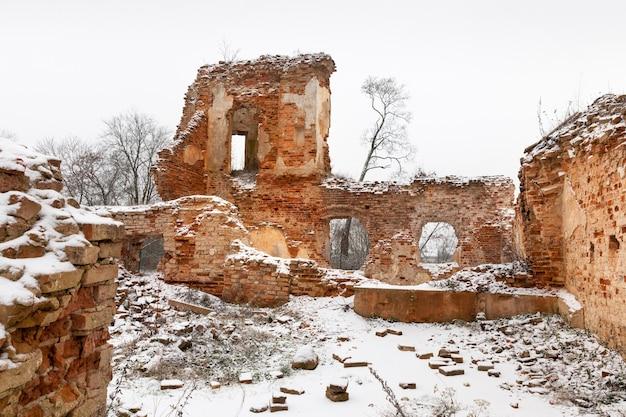 Starożytna twierdza ren z czerwonej cegły, zimowy krajobraz wewnątrz starych, majestatycznych zniszczonych budynków