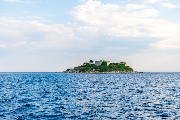 Starożytna twierdza znajduje się na wyspie mamula bokakotor bay w czarnogórze