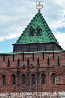 Starożytna wieża kremla w niżnym nowogrodzie