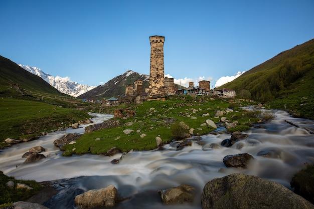Starożytna wieża w naturalnym krajobrazie