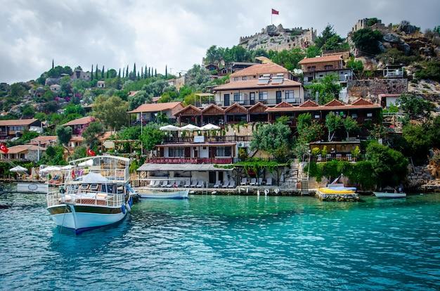 Starożytna wioska simena z zamkiem na górze. przystań dla łodzi, piękny krajobraz.