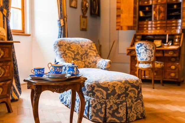 Starożytna zastawa stołowa i meble w muzeum, europa