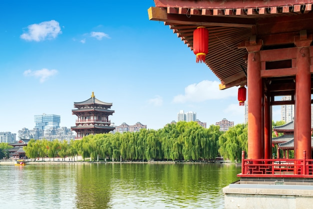 Starożytne budowle nad jeziorem: pagoda, xi'an, chiny.