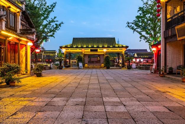 Starożytne budynki nad rzeką w dangkou ancient town, wuxi, jiangsu, chiny