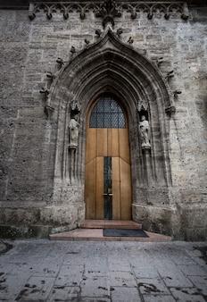 Starożytne duże drzwi w katolickiej katedrze
