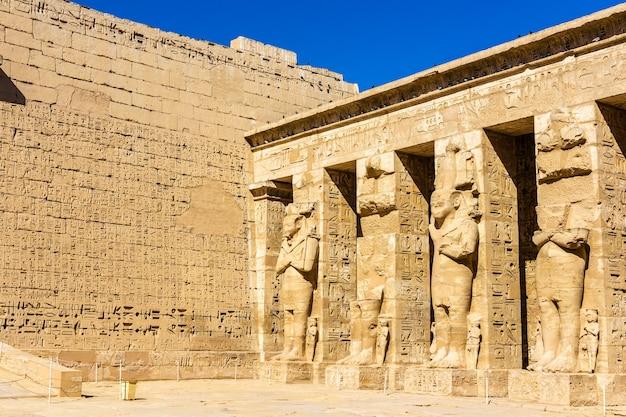 Starożytne egipskie posągi w grobowej świątyni ramzesa iii