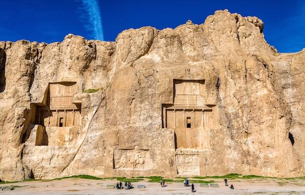 Starożytne grobowce królów achemenidów w naqsh-e rustam w północnym szirazie w iranie.