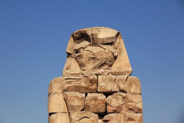 Starożytne kolosy memnona w egipcie, luksor